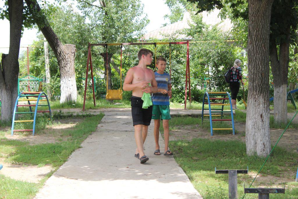 детская площадка и депутат 047