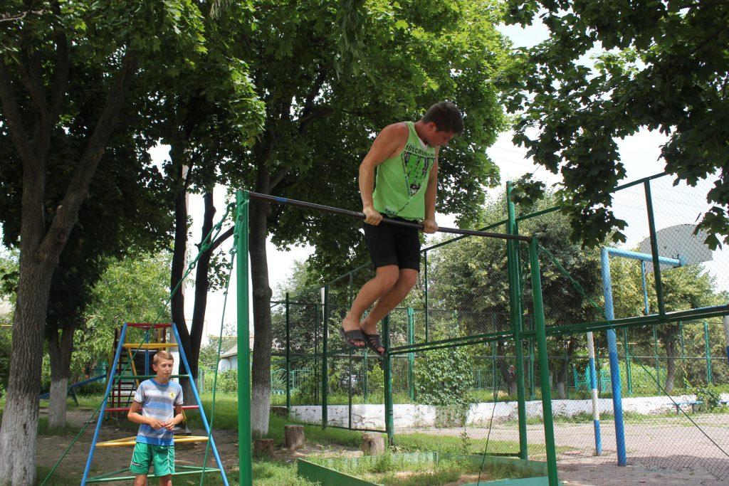 детская площадка и депутат 054