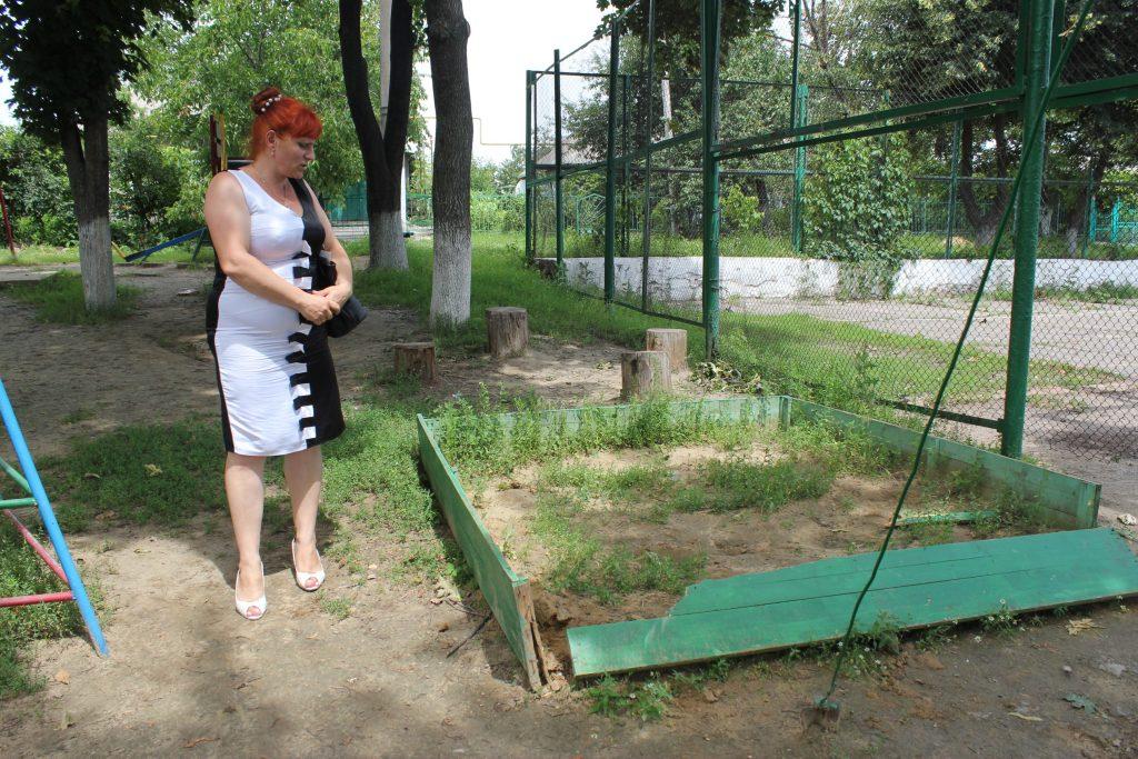 детская площадка и депутат 057