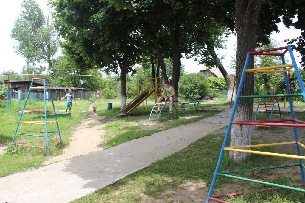 детская площадка и депутат 071