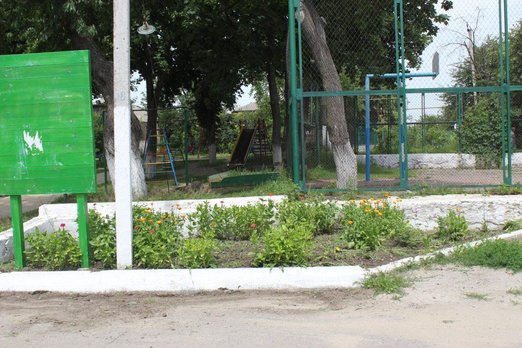 детская площадка и депутат 092