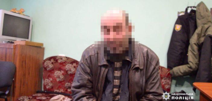 В Балтському районі поліцейські затримали місцевого мешканця, який сокирою зарубав свого сусіда (відео)